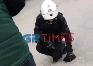 Αστυνομικοί της ΔΙΑΣ, έσωσαν κουτάβι από φωτιά (VIDEO)