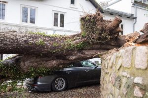 Η καταιγίδα Ντένις, σαρώνει τη Βρετανία