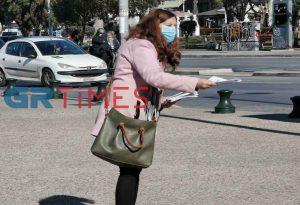 Μάσκες κατά των ιώσεων μοιράζουν στη Θεσσαλονίκη