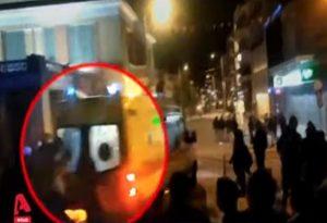 Η στιγμή της επίθεσης σε διασώστη του ΕΚΑΒ (VIDEO)