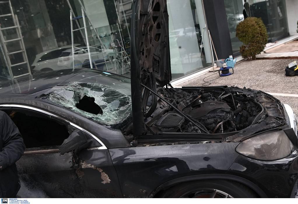 Μην παρκάρετε δίπλα σε πολυτελή οχήματα γιατί τα καίμε!