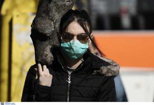 Γυναίκα εβγαλε τη μάσκα της και έβηξε στο πρόσωπο αστυνομικού!