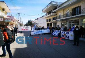 Μακρύγιαλος: Συλλαλητήριο κατά του ξενώνα για πρόσφυγες (ΦΩΤΟ)