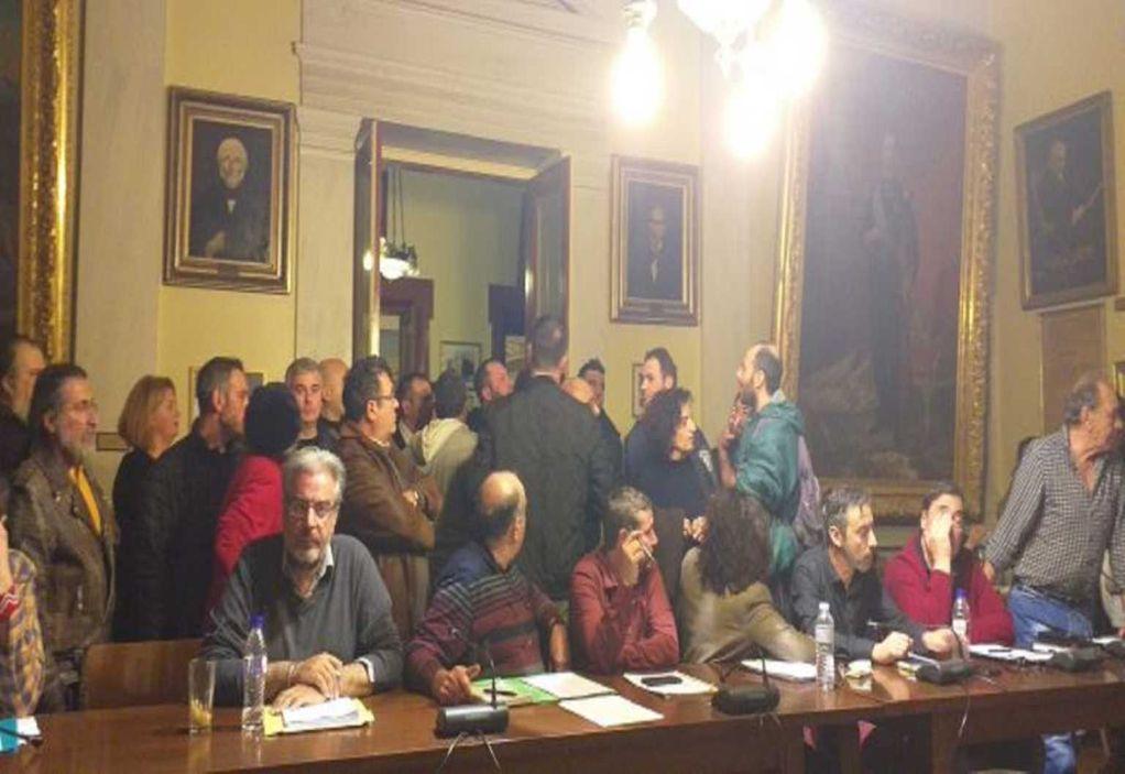 Σύρος: Ένταση, ξύλο και τραμπουκισμοί στο δημοτικό συμβούλιο