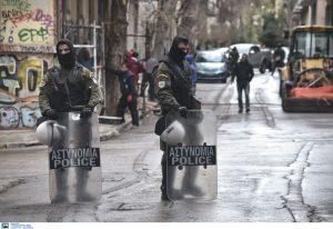 Εξάρχεια: Επίθεση σε βάρος αστυνομικών – Ένας τραυματίας