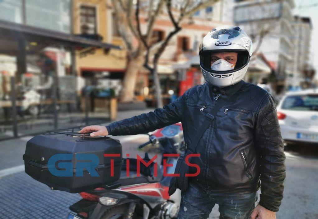 """Κορωνοϊός: Με μάσκες και γάντια στη """"μάχη"""" οι ντελιβεράδες"""