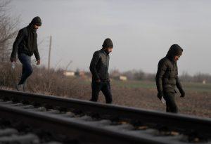 Μετανάστες σκαρφάλωσαν σε αμαξοστοιχία για να φτάσουν στα σύνορα