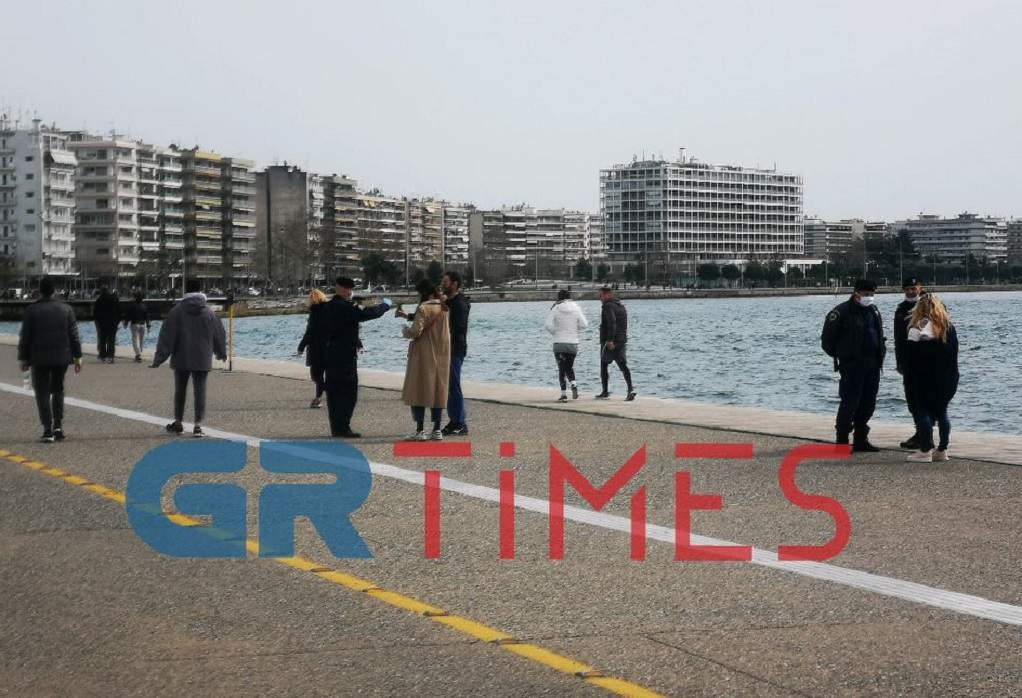 Θεσσαλονίκη: Έλεγχοι από αστυνομικούς στη Νέα Παραλία