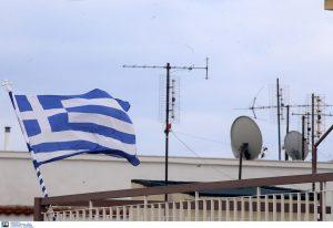 Σημαία 100 χρόνων κυματίζει σε μπαλκόνι της Θεσσαλονίκης