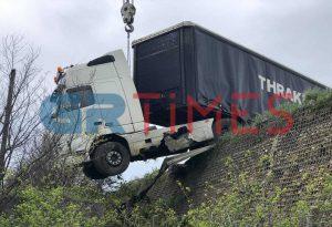 Τροχαίο στο Δερβένι: Δίπλωσε νταλίκα