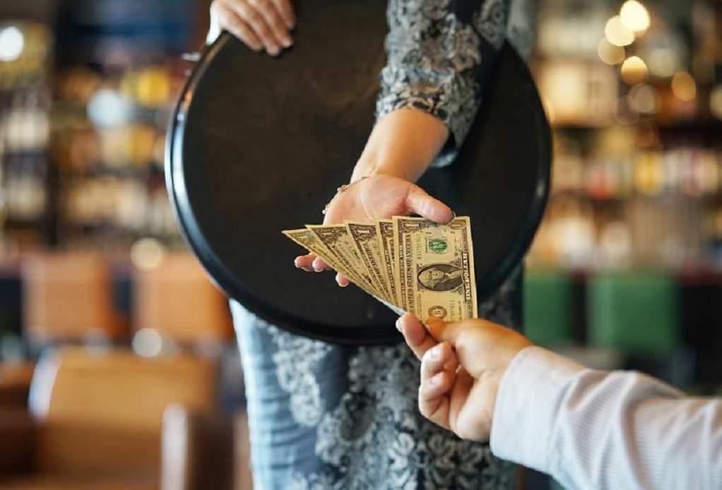 Κορωνοϊός- ΗΠΑ: Έδωσε πουρμπουάρ 10.000 δολάρια