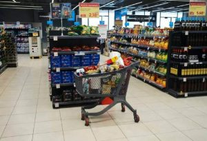 ΙΕΛΚΑ: Οι καταναλωτές μείωσαν 55% τις εξόδους για ψώνια