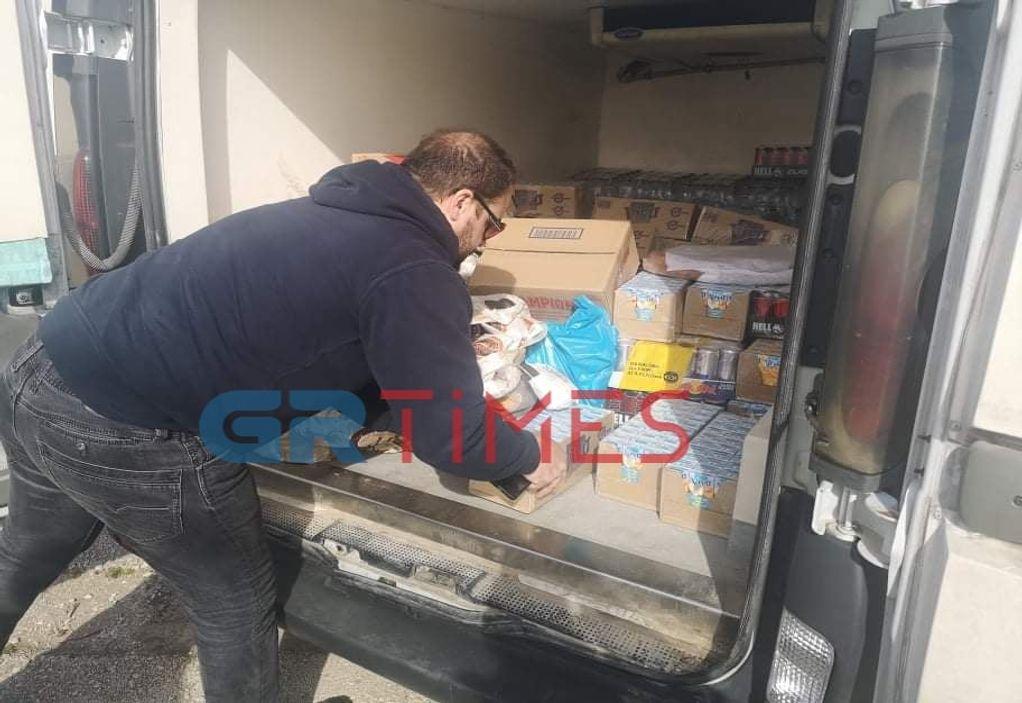 Έβρος: Τρόφιμα και νερά προσφέρουν πολίτες στις δυνάμεις ασφαλείας (ΦΩΤΟ)