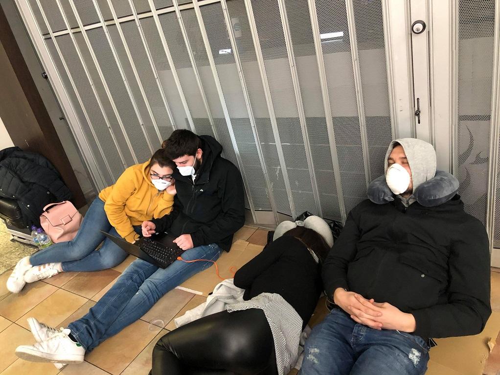 Καταγγελία στο GRTimes: Εγκλωβισμένοι για τέταρτη μέρα στο αεροδρόμιο του Λονδίνου (ΦΩΤΟ-ΗΧΗΤΙΚΟ)