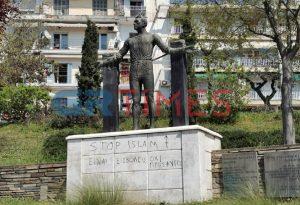 Θεσσαλονίκη: Έγραψαν συνθήματα σε άγαλμα (ΦΩΤΟ)