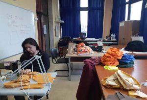 Εύοσμος: Εθελοντές ράβουν υφασμάτινες μάσκες και σκουφιά