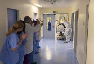 Κορωνοϊός: Γιατροί χειροκροτούν ασθενή που βγήκε από ΜΕΘ (ΒΙΝΤΕΟ)