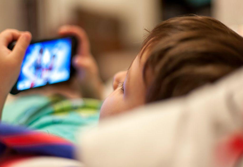 Κορωνοϊός: Πως θα «ξεκολλήσουν» τα παιδιά απ'το κινητό