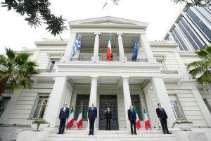 Κορωνοϊός: Το ΥΠΕΞ ύψωσε την ιταλική σημαία σε ένδειξη αλληλεγγύης