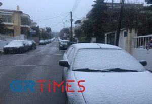 Θεσ/νίκη: Πού χιονίζει και ποιοι δρόμοι έκλεισαν (BINTEO)