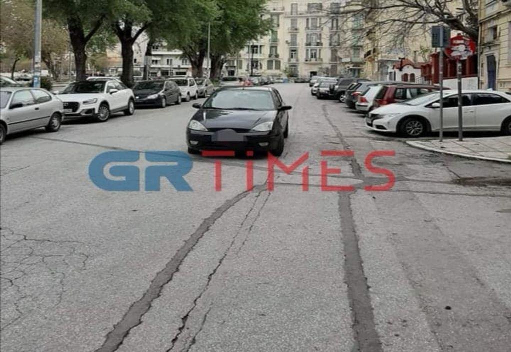 Θεσ/νίκη: «Άφησε» το ΙΧ στη μέση του δρόμου και έφυγε! (ΦΩΤΟ)