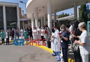 ΑΧΕΠΑ: Με χορό και τριαντάφυλλα οι νοσηλευτές (ΦΩΤΟ+VIDEO)