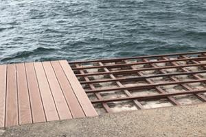 ΑΛΟΥΜΥΛ: Δωρεά για την Παραλία το decking Woodee