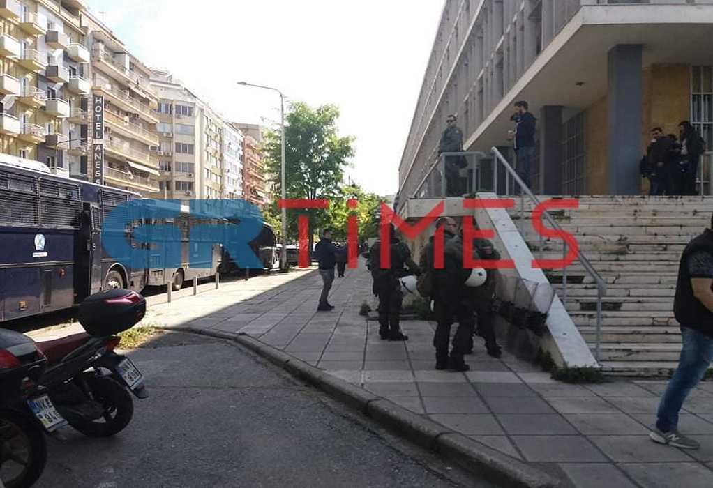 Θεσ/νίκη: Συγκέντρωση αντιεξουσιαστών στα Δικαστήρια (ΦΩΤΟ)