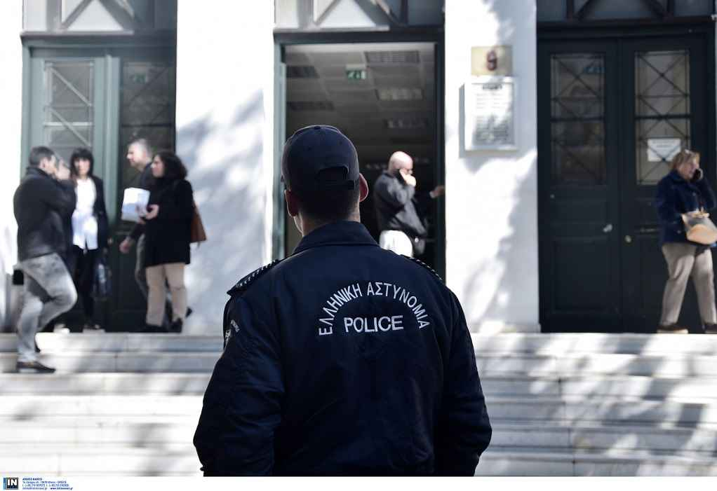 Στο αυτόφωρο ο αστυνομικός που καταγγέλλεται ότι εμπόδισε σύλληψη διαδηλωτή