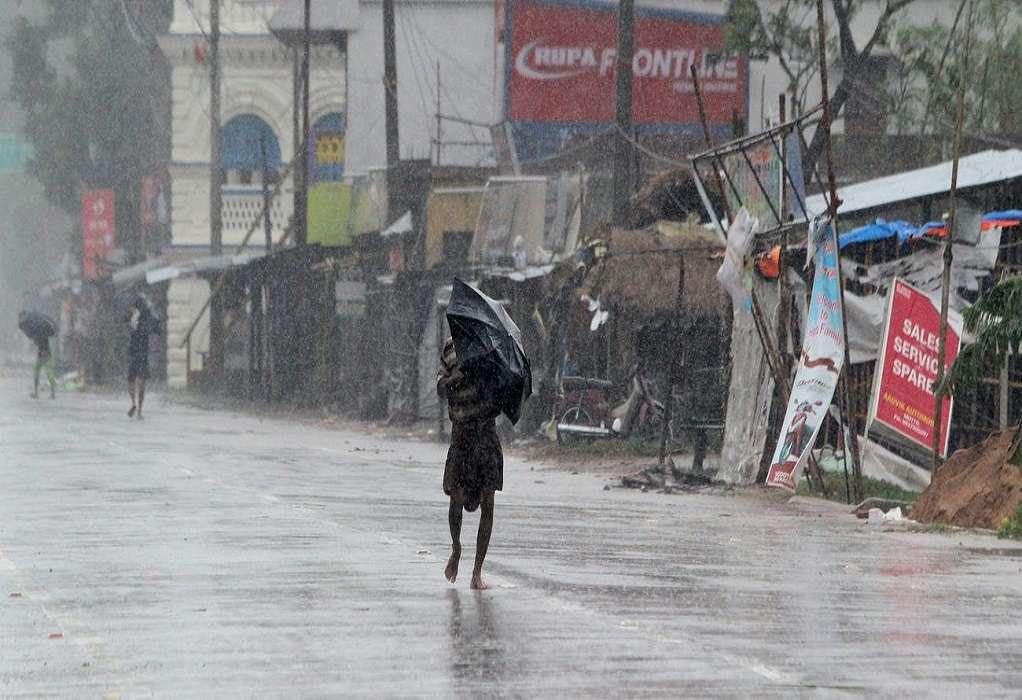 Ινδία: Τέσσερις νεκροί από την κακοκαιρία ενώ πλησιάζει και κυκλώνας