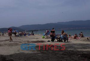 Θεσ/νίκη: «Πλημμύρισε» από κόσμο η παραλία στον Σταυρό (ΦΩΤΟ)