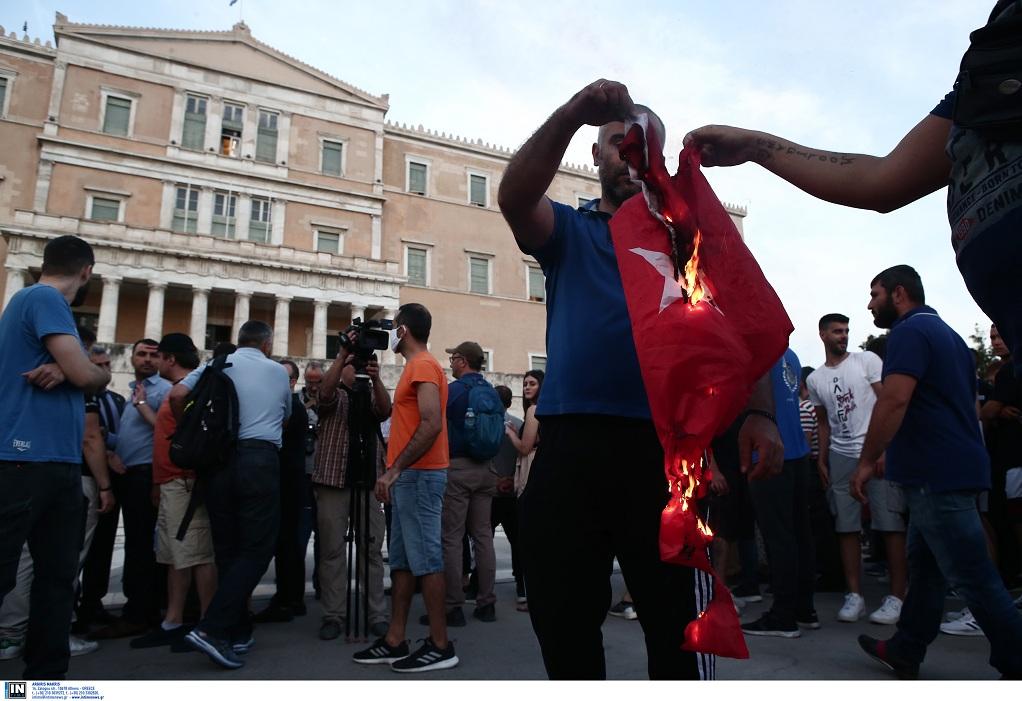 Αθήνα: έκαψαν τουρκική σημαία στην εκδήλωση για τη Γενοκτονία