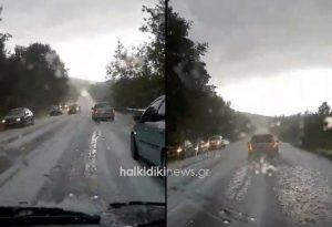 Άσπρισαν οι δρόμοι στη Χαλκιδική από το χαλάζι (ΦΩΤΟ-VIDEO)