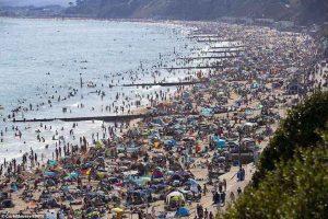 Μισό εκατομμύριο Βρετανοί στις παραλίες