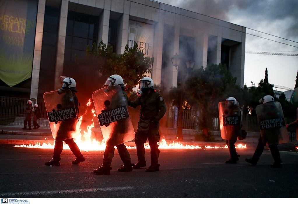 Αθήνα: Σάλος από αστυνομικό που αποτρέπει σύλληψη διαδηλωτή (ΒΙΝΤΕΟ)