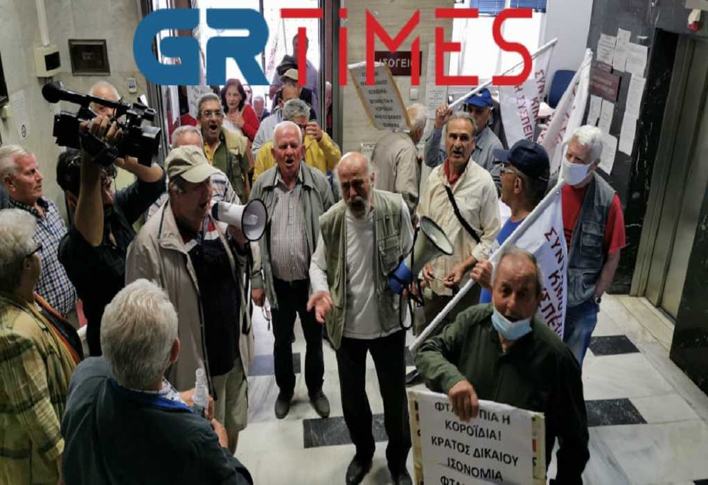 Θεσσαλονίκη: «Μπούκαραν» στον ΕΦΚΑ οι συνταξιούχοι (ΦΩΤΟ+VIDEO)