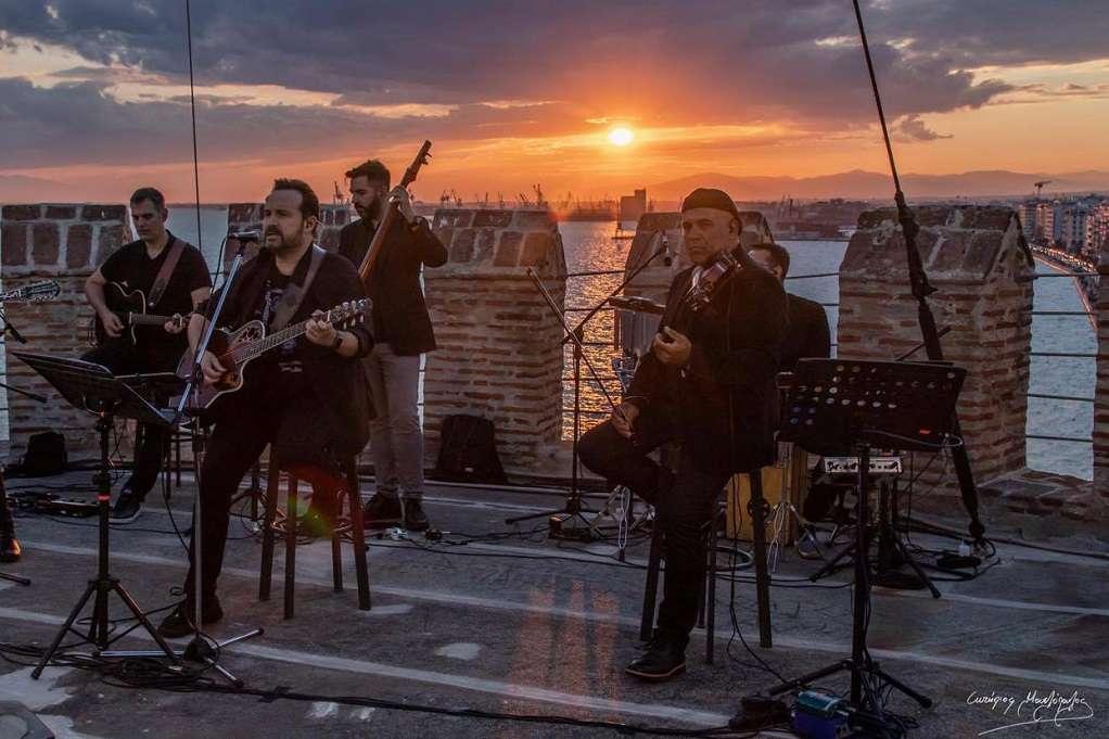 Ο Κ. Μακεδόνας τραγουδάει από τον Λευκό Πύργο (ΒΙΝΤΕΟ)