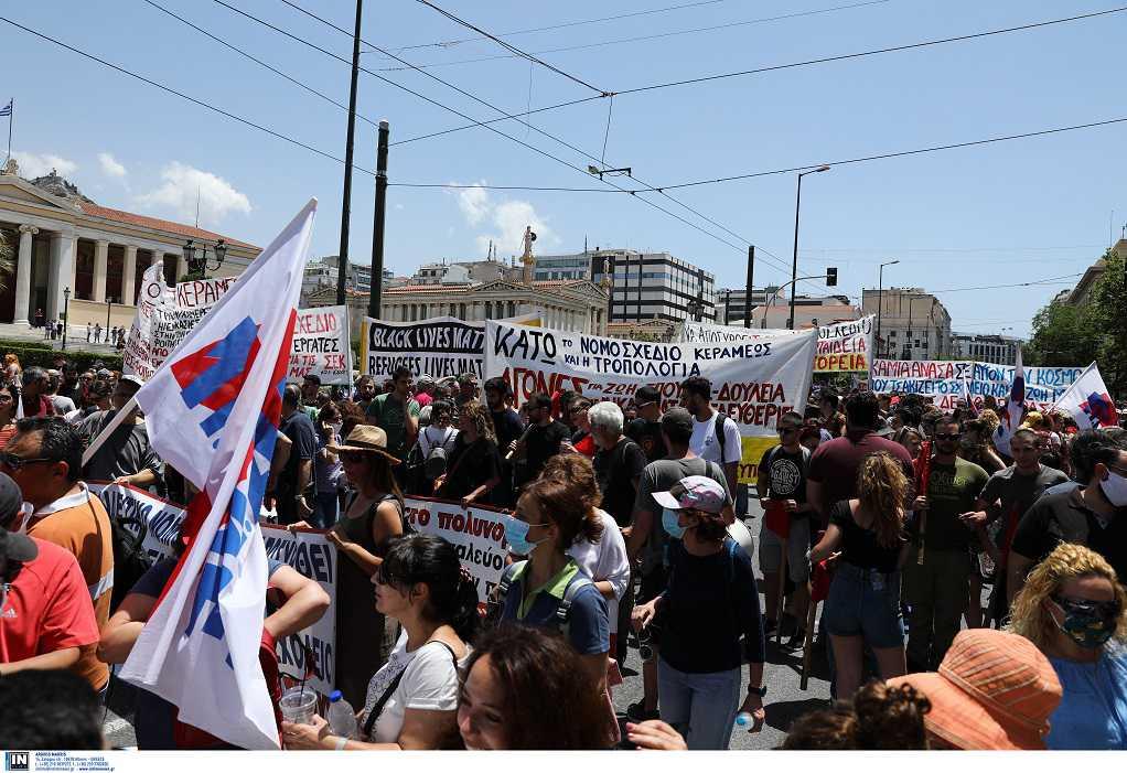 Σε εξέλιξη το συλλαλητήριο εκπαιδευτικών στην Αθήνα (ΦΩΤΟ)