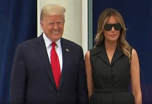 Το αμήχανο χαμόγελο της Μελάνια και η «παρατήρηση» Τραμπ (VIDEO)