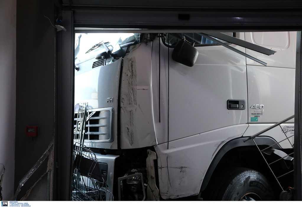 Πέθανε ο οδηγός του φορτηγού που καρφώθηκε σε μαγαζί