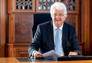 Χόλτσμαν: Πιθανή και η αγορά μετοχών από την ΕΚΤ