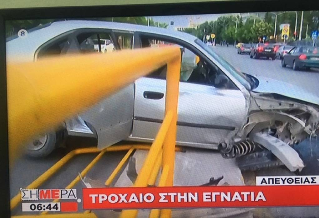 Θεσσαλονίκη: ΙΧ «καρφώθηκε» στις μπάρες στο κέντρο της πόλης, φωτογραφία-1