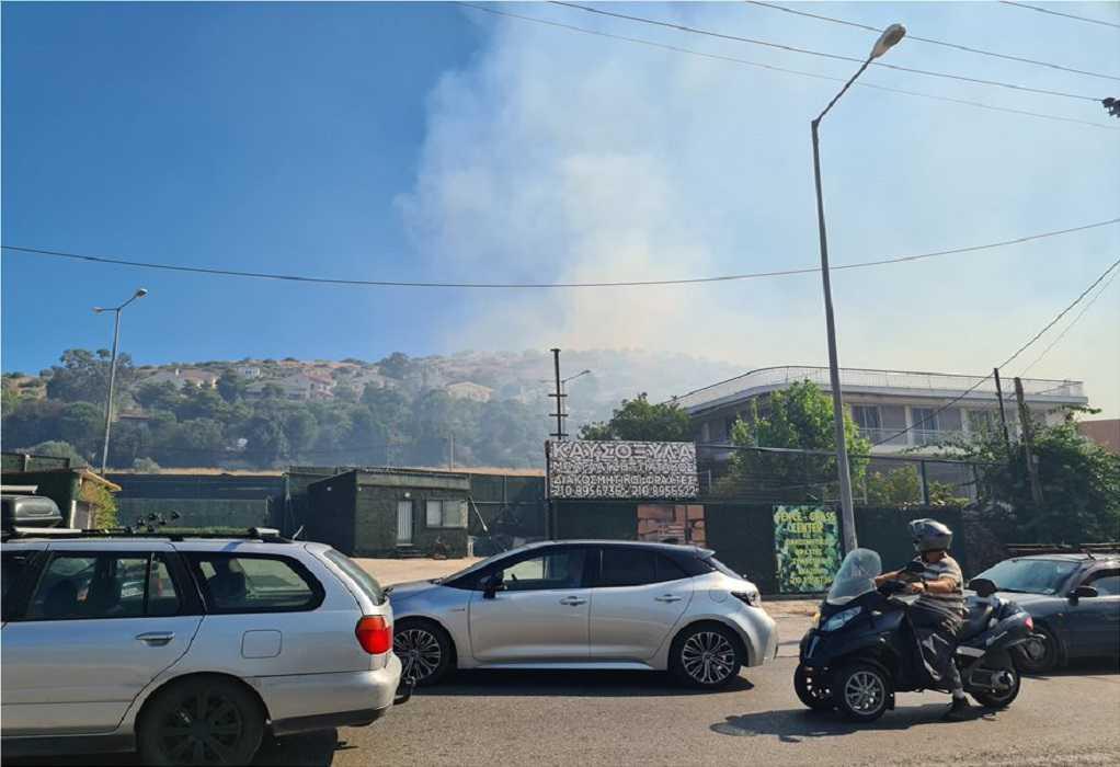Σε εξέλιξη η φωτιά στη Βάρη – Άνοιξε ο δρόμος Βάρης – Κορωπίου