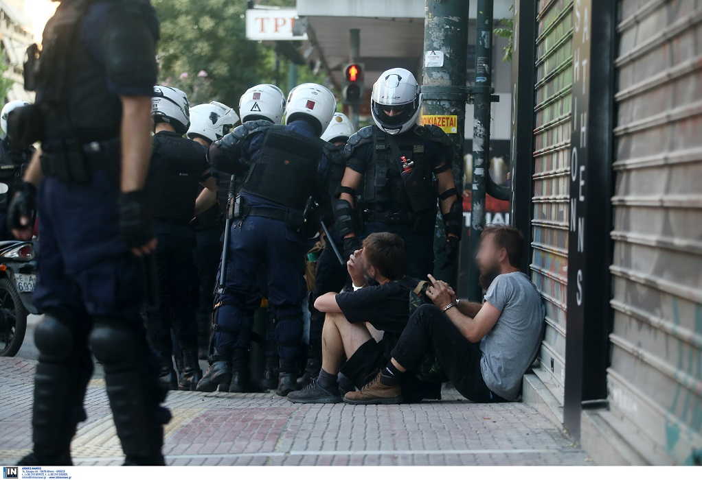 Ελεύθεροι οι συλληφθέντες για τα επεισόδια στην ΑΣΟΕΕ με όρο να μην… ξαναπάνε Εξάρχεια
