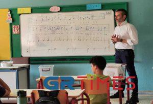 Ο Κ. Ζέρβας τραγούδησε με μαθητές (ΦΩΤΟ+VIDEO)