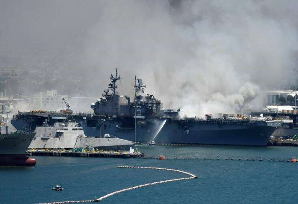 ΗΠΑ: Σε εξέλιξη φωτιά σε πλοίο του Πολεμικού Ναυτικού (VIDEO)