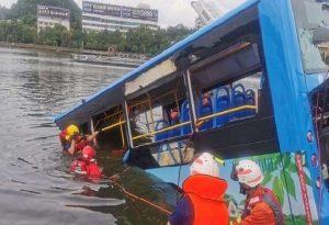 Έριξε λεωφορείο σε λίμνη σκοτώνοντας 21 μαθητές