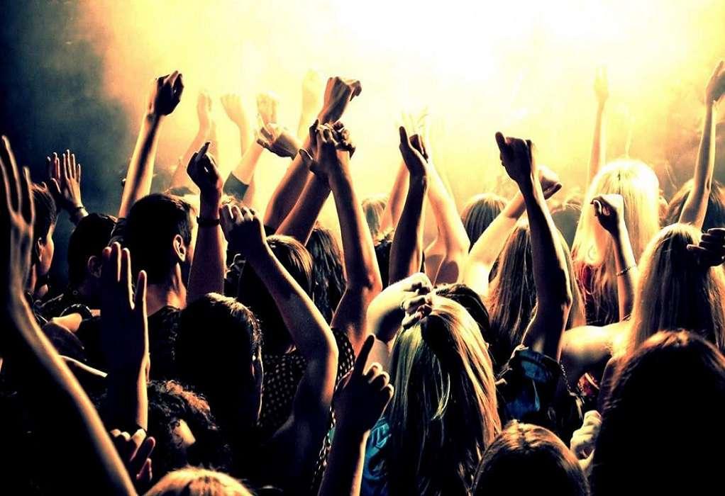 Χανιά: Κορωνοπάρτι με 300 άτομα σε κεντρική πλατεία