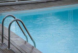 Αυνανιζόταν σε πισίνα ξενοδοχείου μπροστά σε ανήλικους