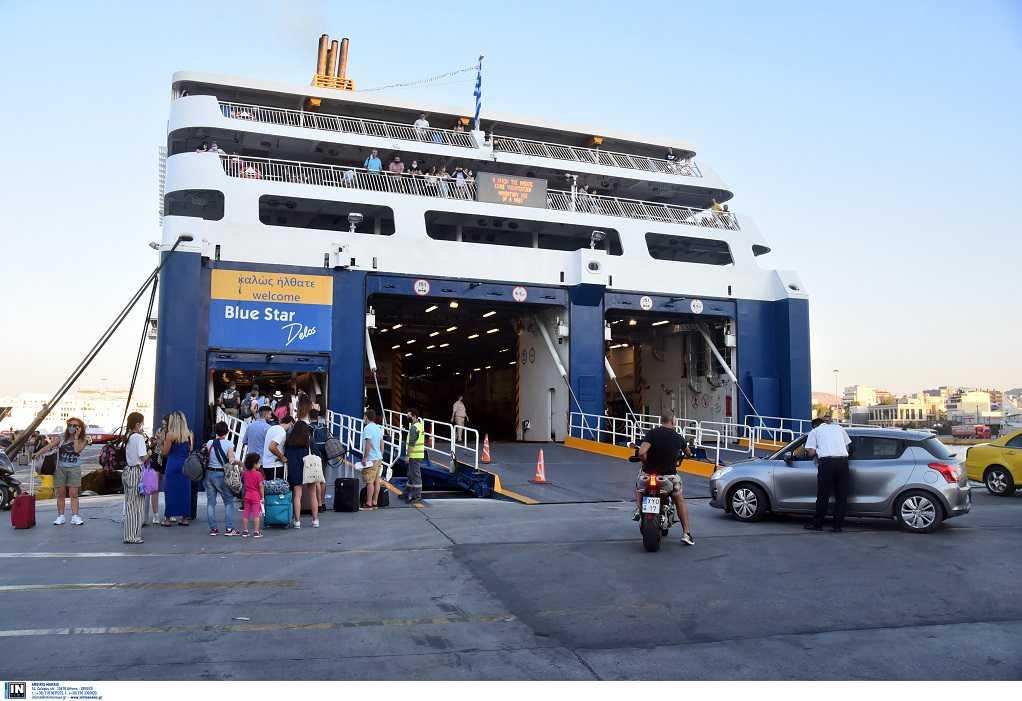 Τι αλλάζει στις μετακινήσεις με πλοία προς τα νησιά από τη Δευτέρα